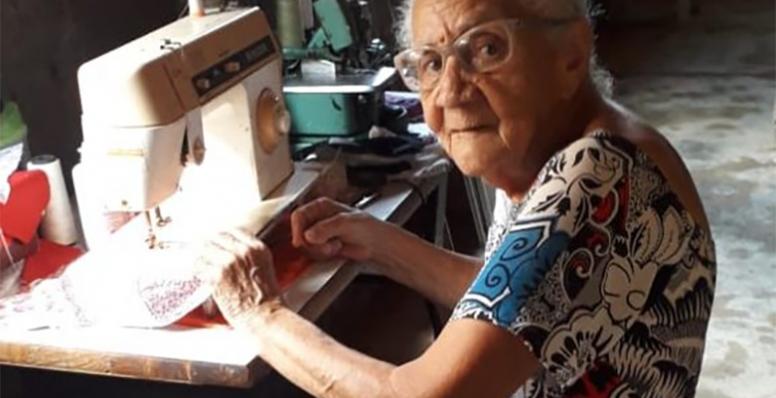 Artesã de 93 anos fabrica máscaras para doar aos mais pobres
