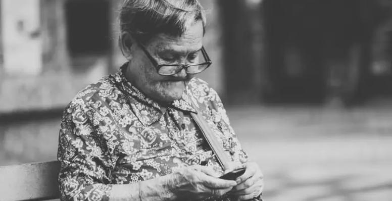 A vó tá on: idosos fizeram mais compras pela internet na pandemia, diz estudo