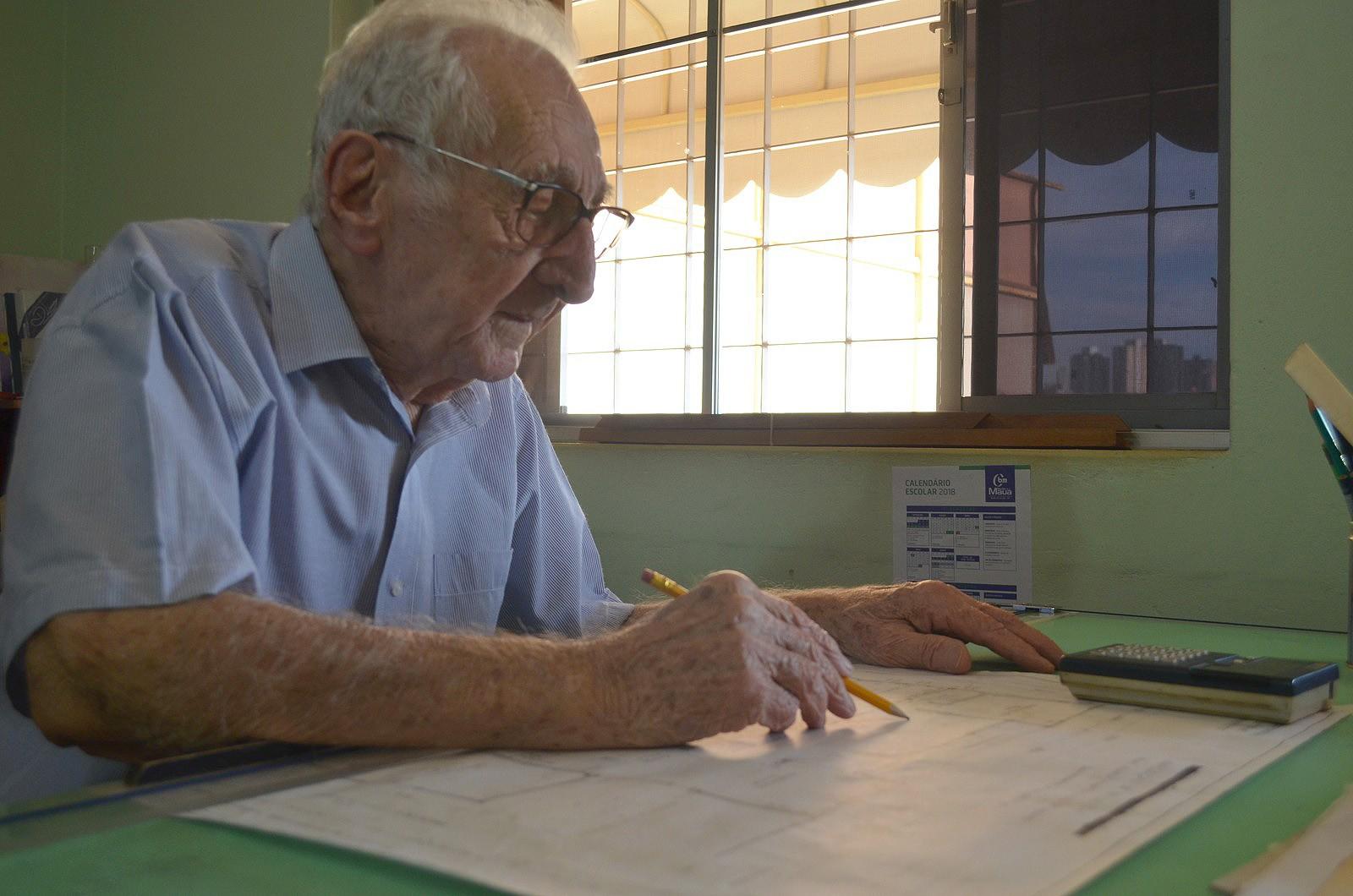 Aos 90 anos, idoso encara banco da universidade para cursar arquitetura e urbanismo em Ribeirão Preto, SP
