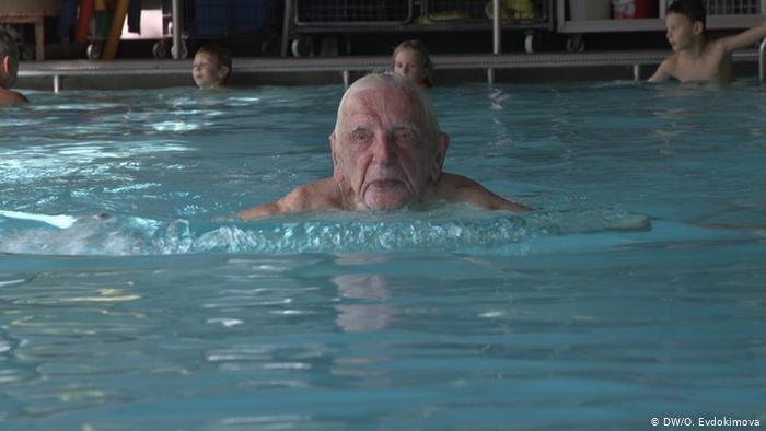 Aos 102 anos, idoso ensina natação para crianças em Berlim